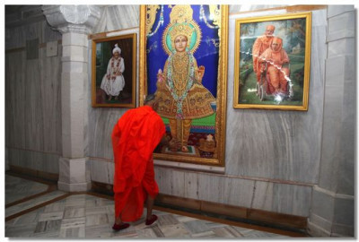 Acharya Swamishree prays to all the murtis before performing pradakshina around Jeevanpran Swamibapa