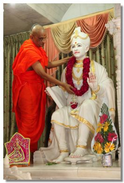 Acharya Swamishree garlands Lord Swaminarayan