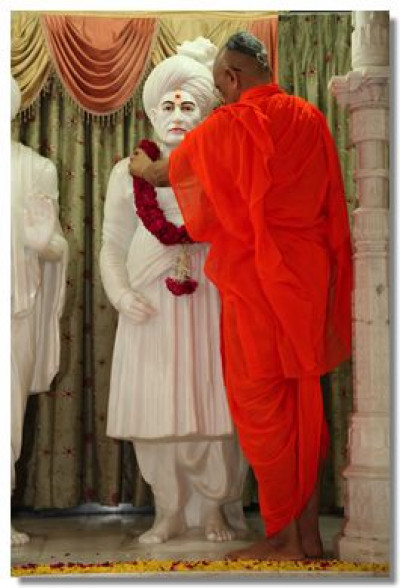 Acharya Swamishree garlands Jeevanpran Bapashree
