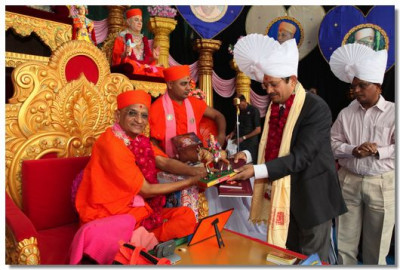 Shree S K Gupta, Income Tax Commissioner, receives a memento from Acharya Swamishree