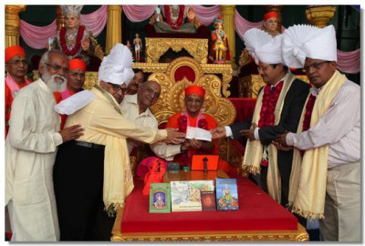 Acharya Swamishree and guests donate 5 lakh Rupees to Shree SWaminarayan Chattralya Vidhyarthi College