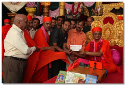 3 Lakh Rupees is donated to Baal Sanskar Sinchan by the Sanstha
