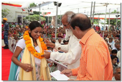 Disciples who attained top postions in their respective subjects receive a prize from the sanstha