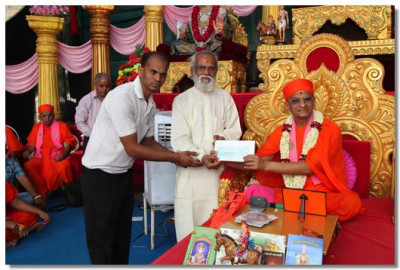 Shree Muktajeevan Disaster Relief Academy receives a donation of 51 Lakhs Rupees from Acharya Swamishree