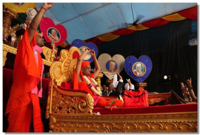 Acharya Swamishree begins His divine Ashirwad