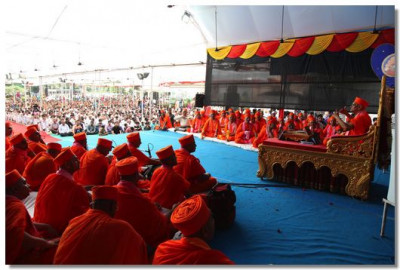 Thousands of disciples filled the vast grounds of Shree Swaminarayan Mandir Maninagar to hear Acharya Swamishree's divine blessings