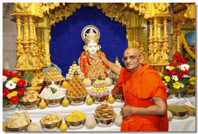 Acharya Swamishree offers thaal to Shree Ghanshyam Maharaj