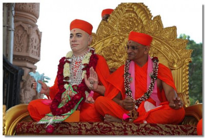 Divien darshan of Jeevanpran Swamibapa and Acharya Swamishree during the procession