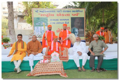 Acharya Swamishree and eminent guests at the event