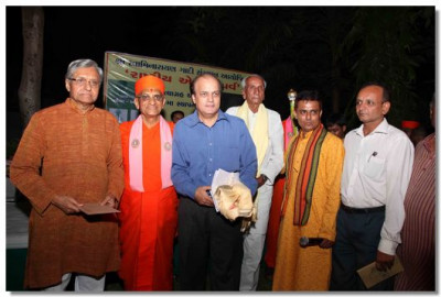 Acharya Swamishree with eminent guests