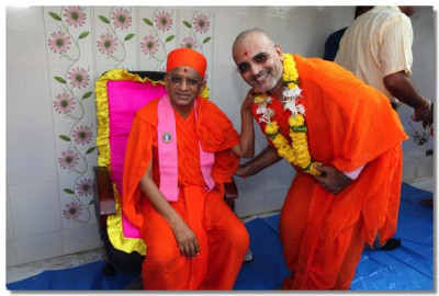 Acharya Swamishree gives darshan to the mahant of Mumbai temple, Shree Divyadarshandasji Swami