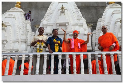Acharya Swamishree gives darshan during the flag raising ceremony