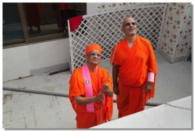 Acharya Swamishree raises the new flag