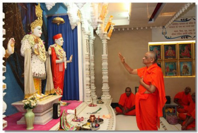 Acharya Swamishree performs prayers