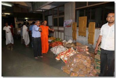 Mahat Sadguru Shree Bhagvatpriyadasji Swami overseeing the packaging