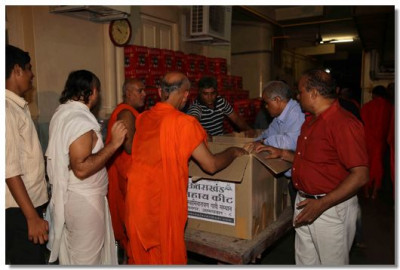 Sants and disciples packing items
