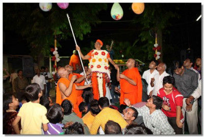 Acharya Swamishree pops some balloons