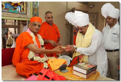 Acharya Swamishree gives darshan to Shree Rajendra Trivedi, Member of Parliament, Baroda City, Raopura Area