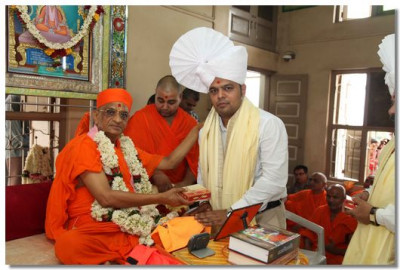 Acharya Swamishree gives darshan to Shree Keyur Rokadia, Chairman of Baroda City Education Committee
