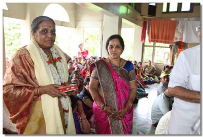 Shree Rohiniben Pandya, Shashanadhikari, Baroda City Education Commitee, is honoured with a shawl
