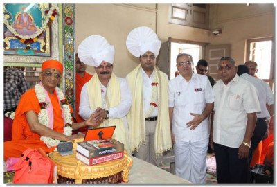 Acharya Swamishree gives darshan to the honoured guests