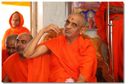Acharya Swamishree performs the patotsav ceremony in Mount Abu Temple