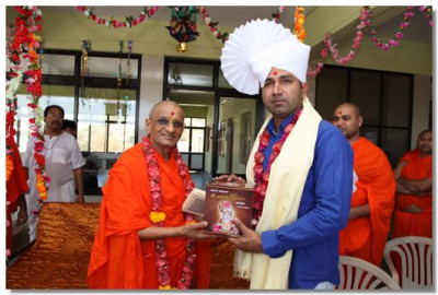 Acharya Swamishree blesses Deputy Collector Shree Jitendrabhai Soni