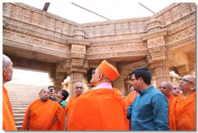 Acharya Swamishree views the building