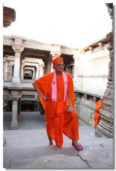 Divine darshan of Acharya Swamishree on one floor of the step-well