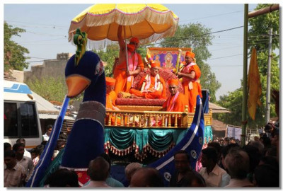 Divine darshan of Acharya Swamishree during the procession