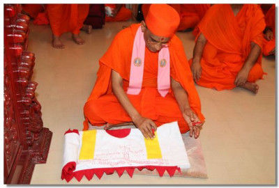 Acharya Swamishree consecrates the temple flag