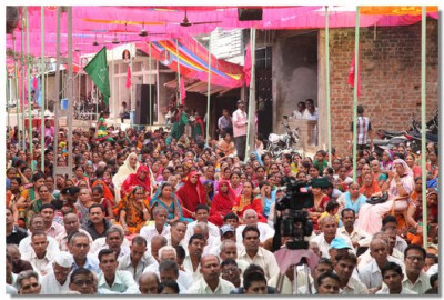 Hundreds of people came for the Murti pratishtha festival