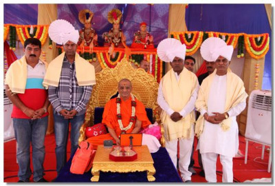 Acharya Swamishree gives darshan to some guests