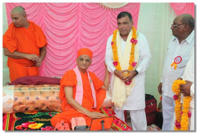 A local dignitary is blessed by Acharya Swamishree