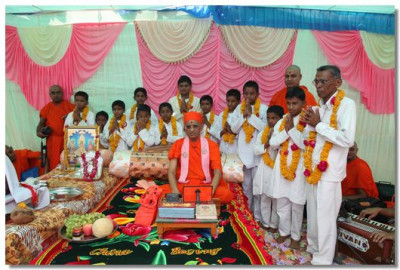 Acharya Swamishree blesses the young gymnasts