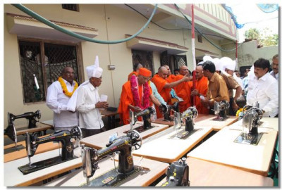 Acharya Swamishree consecrates the sewing machines