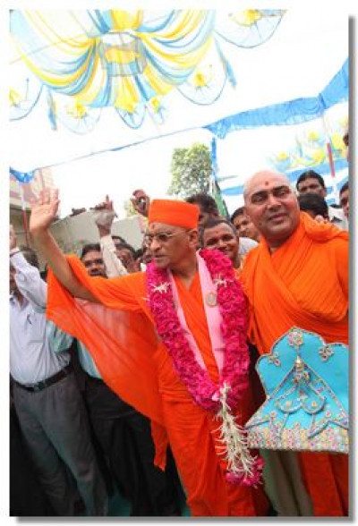 Acharya Swamishree blesses the congregation