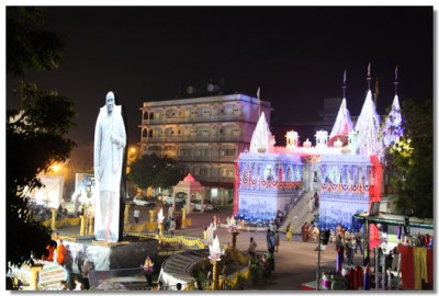 The compound in Maninagar was filled festive banners. The centre piece was of Jeevanpran Swamibapa and Shree Vallabhbhai Patel who is considered as one of the founding fathers of independent India