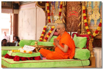 Acharya Swamishree gives His diwali ashirwad