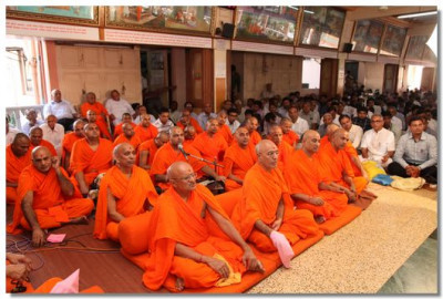Sants and disciples listen to Acharya Swamishree's ashirwad