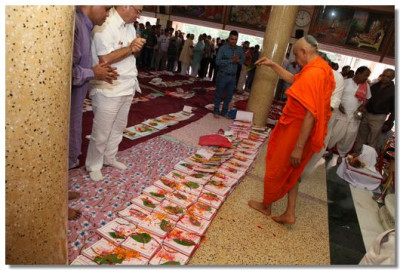Acharya Swamishree performs the chopda poojan ceremony
