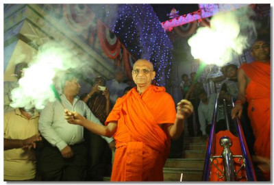 Acharya Swamishree with sparklers