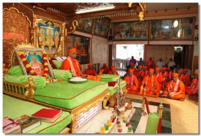 Acharya Swamishree gives His divine ashirwad