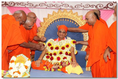 Sadguru sants put a flower garland on to Acharya Swamishree