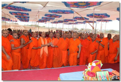 Sants perform aarti to Acharya Swamishree