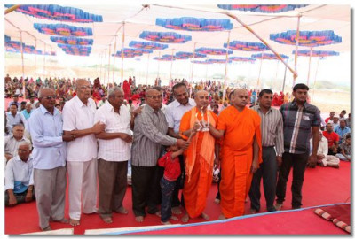 Sponsors of the event perform aarti to Acharya Swamishree