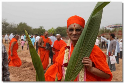 Acharya Swamishree plants the first tree in Ghanshyam Baag