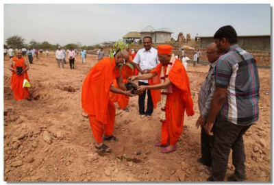 Sants and Acharya Swamishree plant more trees
