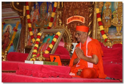 Acharya Swamishree prays to the almighty Lord Swaminarayanbapa Swamibapa on behalf of everyone present, for strength and wisdom to perform selfless work for the benefit of society