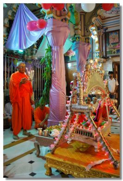 Sadguru Shree Akhileshwardasji Swami performs aarti to the Lord